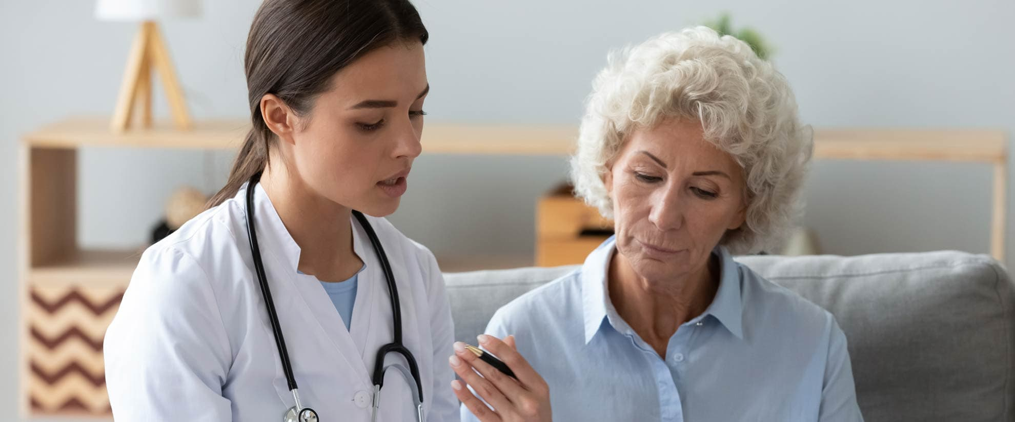 Image of doctor with elderly woman giving information on eos asthma